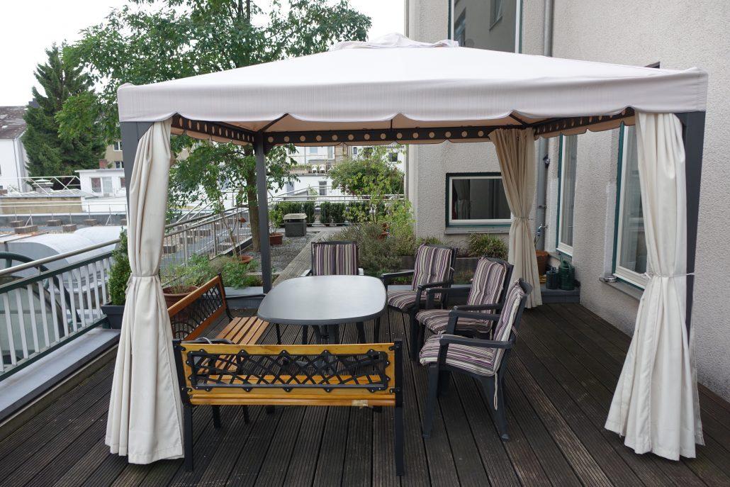 Terrasse mit Pavillion und verschiedenen Sitzmöglichkeiten,